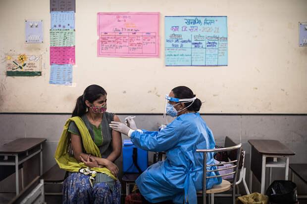 Массовые крематории и нехватка ИВЛ: что происходит в Индии на фоне новой волны коронавируса. Фоторепортаж
