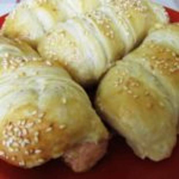 Сосиски с сыром в слоеном тесте