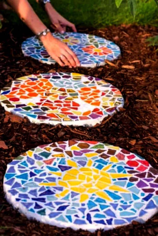 Круглые слепки с мозаикой.   Фото: INSPIRA.