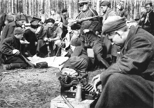 Штаб Сумского партизанского соединения во главе с С.А. Ковпаком обсуждает предстоящую операцию.