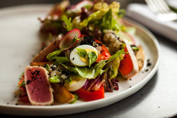 Настоящий Баварский салат из ресторана. В меню он всегда дорогой, но приготовить дома можно без труда