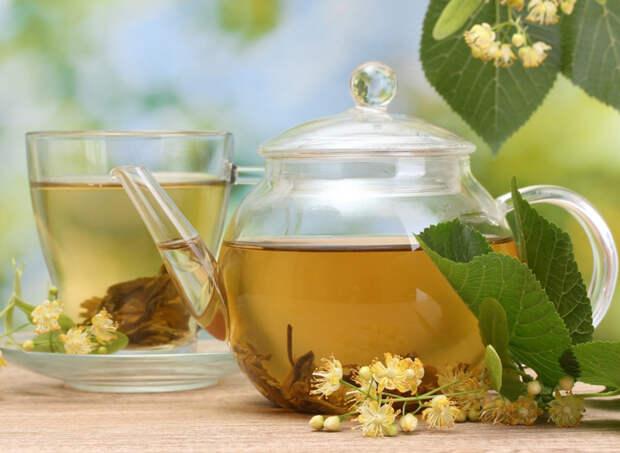 Травяной успокаивающий чай помогает при стрессе и нервозности