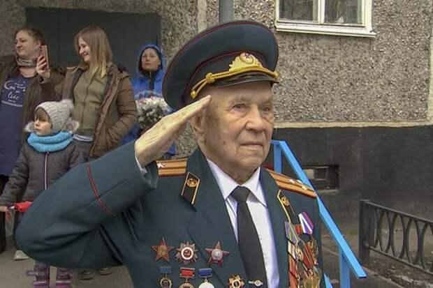 Военнослужащие армейского корпуса Северного флота поздравили ветерана Великой Отечественной войны с наступающим Днём Победы