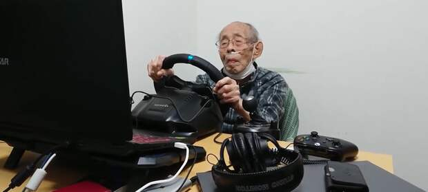 93-летний японский дедушка любит играть в гоночные игры