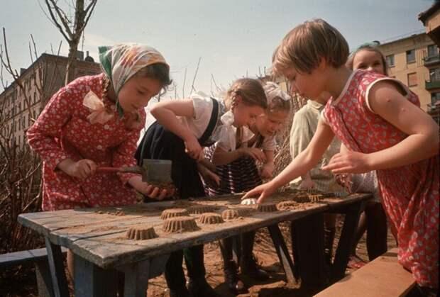 Девочки во дворе лепят куличики дин конгер, фото, фотограф