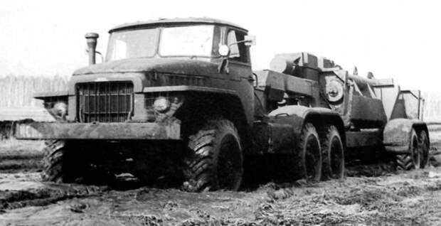 Экспериментальный тягач Урал-380 с открытым активным полуприцепом-шасси (из архива В. Дмитриева) авто, автопоезд