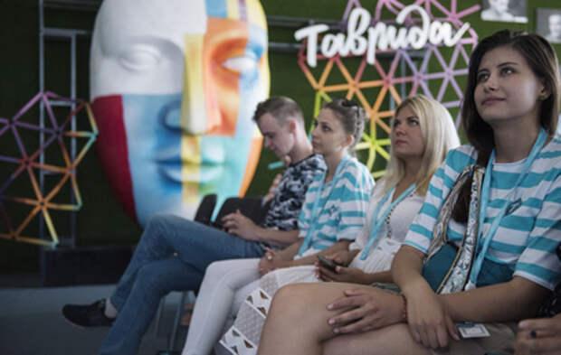 """""""Мир, любовь и роботы"""": молодые художники и инженеры показывают мастерство в Крыму"""