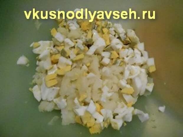 режем мелко картошку и яйца