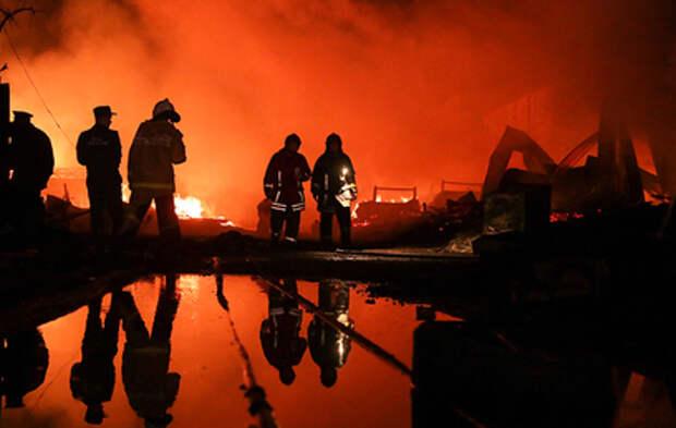 Сильный пожар на пилораме в Екатеринбурге тушили пять часов