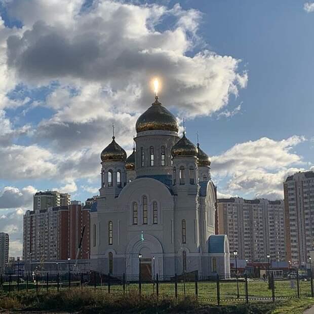 Фото дня: над Покровской церковью засветился крест
