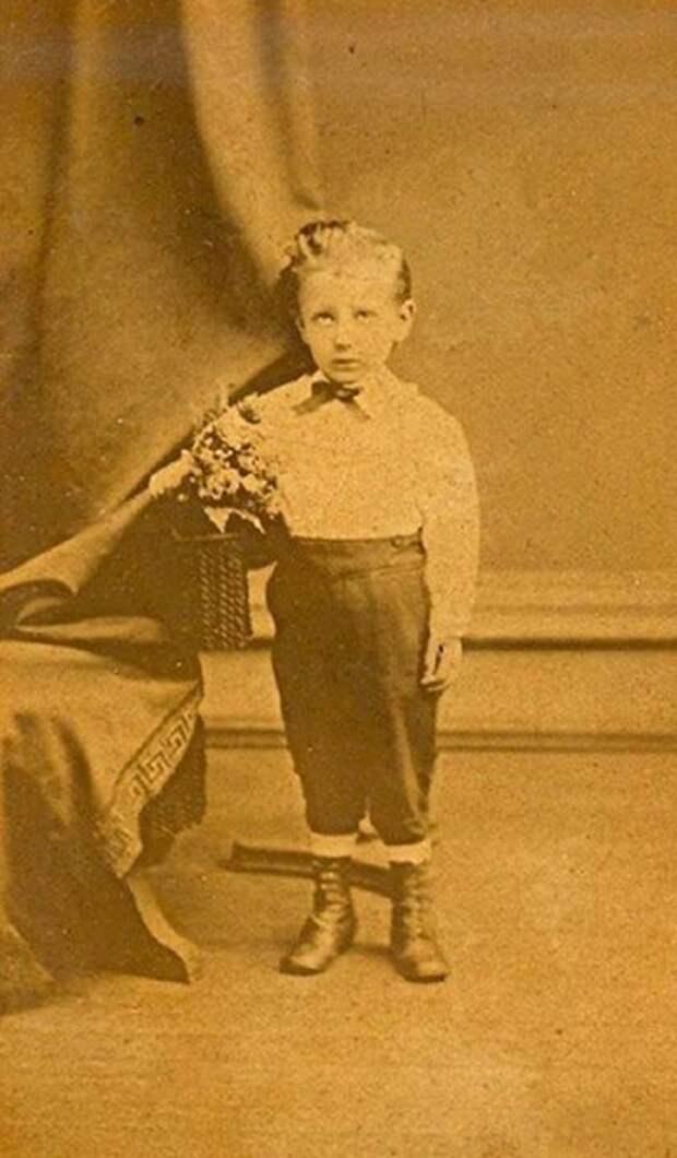 Фотография метрового мальчика