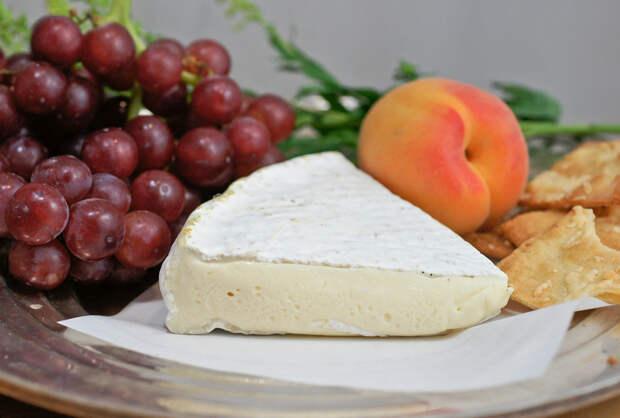 Бри — французский мягкий сыр, приготовленный из коровьего молока. Продукт имеет лёгкий запах нашатыря, а сама плесневая корочка — выраженный аммиачный аромат, однако съедобна. Характерен бледный цвет с сероватым оттенком под «благородной» белой плесенью. (Artizone)