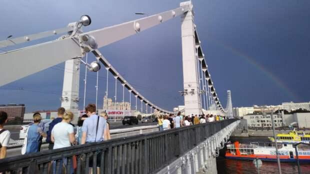 В Москве мужчина устроил заплыв от Крымского моста до Болотной площади