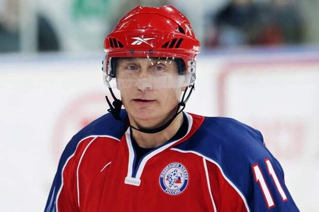 В.В. Путин участвует в тренировке молодежной хоккейной команды перед финалом молодежного турнира по хоккею «Золотая шайба» в Москве, 15 апреля 2011.