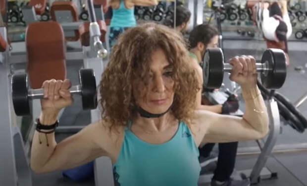Женщина работает инструктором по фитнесу, выглядит не старше сорока, но на самом деле ей 88 лет