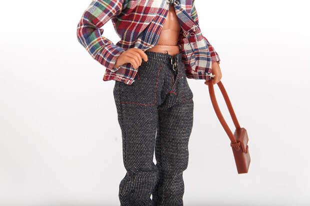 На кукле была надета фланелевая рубашка, штаны. В комплекте была также кожаная сумка на ремне.