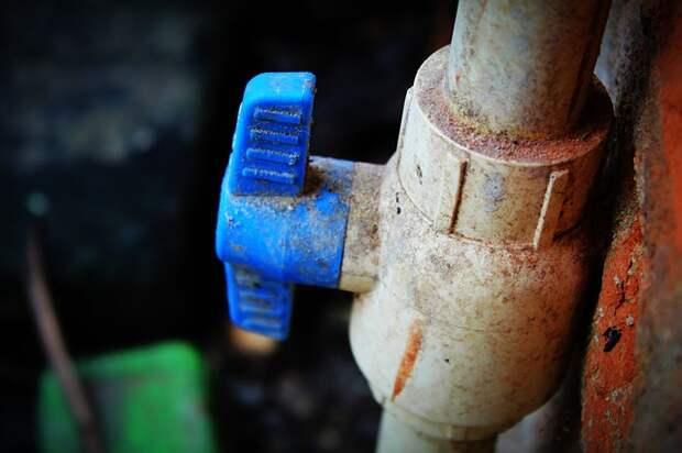 Из водопроводных кранов на Волгоградке забил оранжевый источник