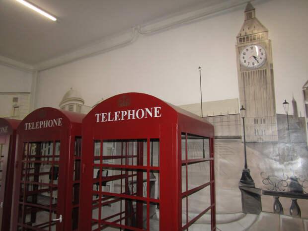 В исправительной колонии поставили «лондонские телефонные будки» — это выглядит очень-очень странно