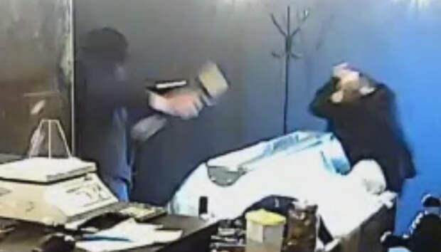 Нападение на продавщицу в Петрозаводске попало на видео