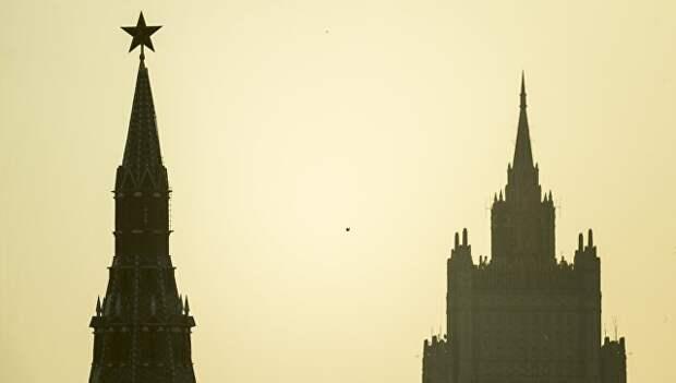 Водовзводная башня Московского Кремля (слева) и высотное здание министерства иностранных дел РФ. Архивное фото