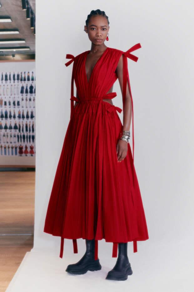 10 лучших платьев коллекции Alexander McQueen Pre-Fall 2021