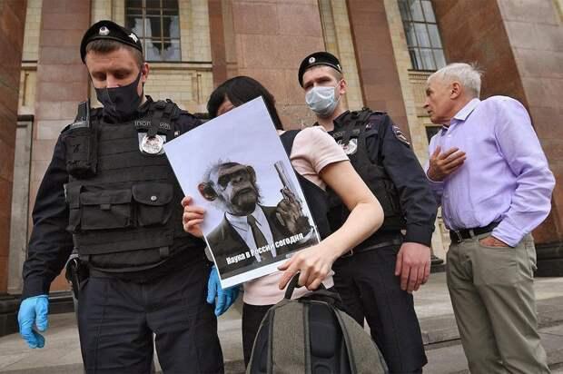 Участников акции в защиту просветительской деятельности задержали у МГУ