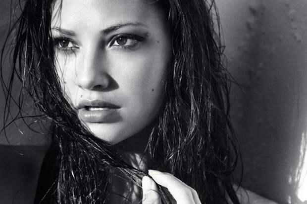 Ана Предо: кареглазая красотка в черно-белой фотосессии Кевина Коттельера