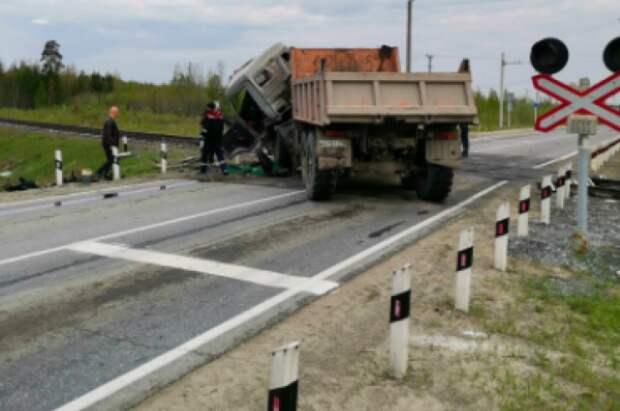 В ХМАО грузовик врезался в поезд Нижневартовск - Москва