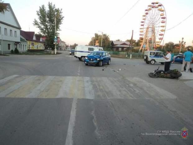 Двое мотоциклистов разбились о Renault Logan на автодороге под Волгоградом