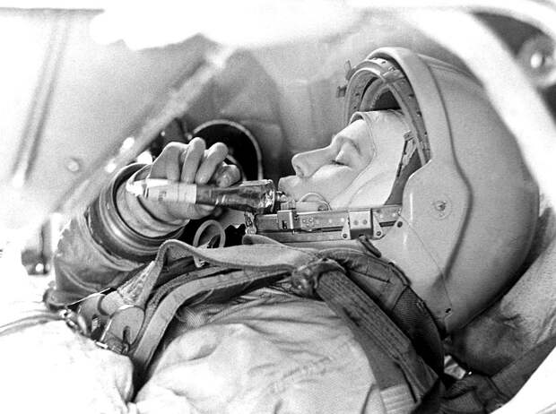 Космонавт Валентина Терешкова на тренировке в 1963 году. Фото Б.Смирнова /Фотохроника ТАСС/.
