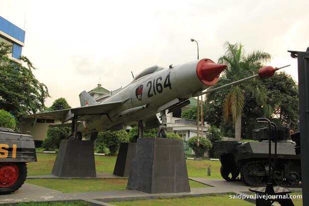Музей вооруженных сил в Джакарте - авиационная техника