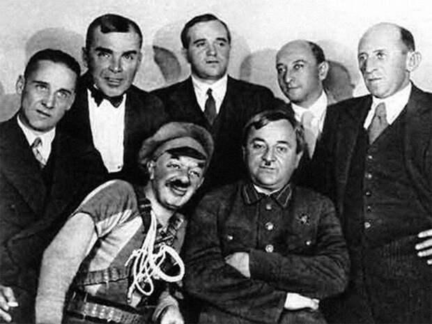 Фото после премьеры оперетты «Свадьба в Малиновке» в Москва, 1937 год