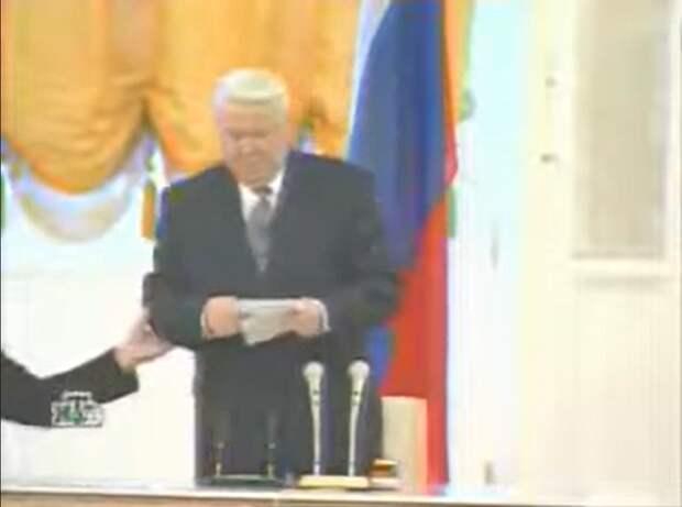 """Один из случаев, когда пьяный Ельцин уверял всех, что его действия """"по достоинству оценят потомки"""", пытаясь открыть открывшуюся и так первую страницу буклета (спойлер: так и не открыл)."""