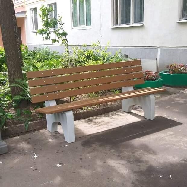 Во дворе дома на Малахитовой вернут ограждения вдоль подъездов