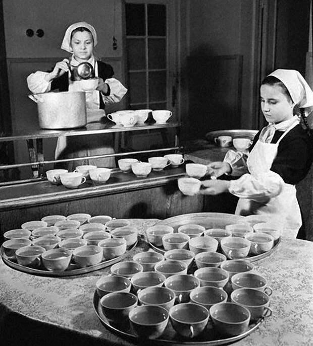 Дежурили в столовых преимущественно девочки. Будущих хозяек приучали с детства, мальчики тоже дежурили, но были менее аккуратны и больше дурачились между собой Дежурство, как это было, ностальгия, фото, школа