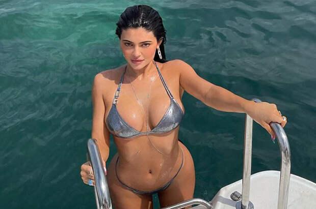 Кайли Дженнер отдыхает на яхте и делится снимками в бикини