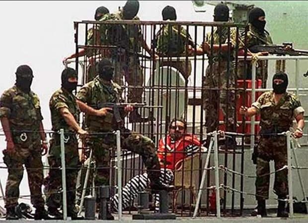 Абимаэль Гусман в клетке для опасных преступников