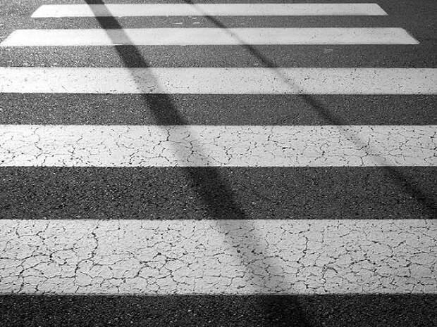 В Гатчине на пешеходном переходе машина сбила мать с малышом