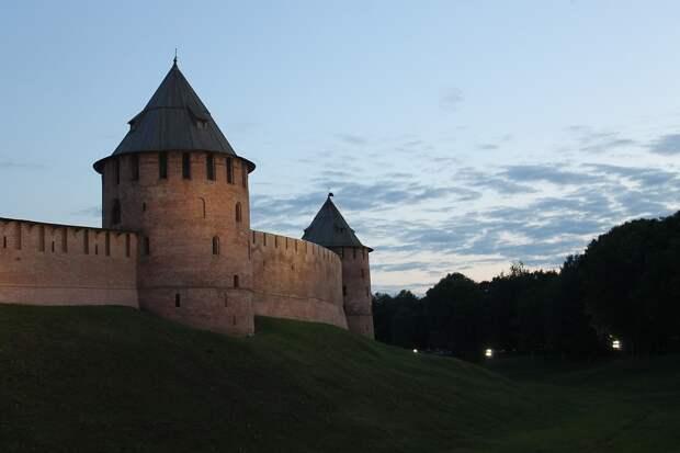 Древняя крепостная стена начала разрушаться в Великом Новгороде