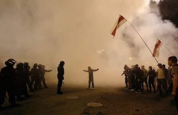 В Белоруссии против протестующих силовики применили газ и шумовые гранаты