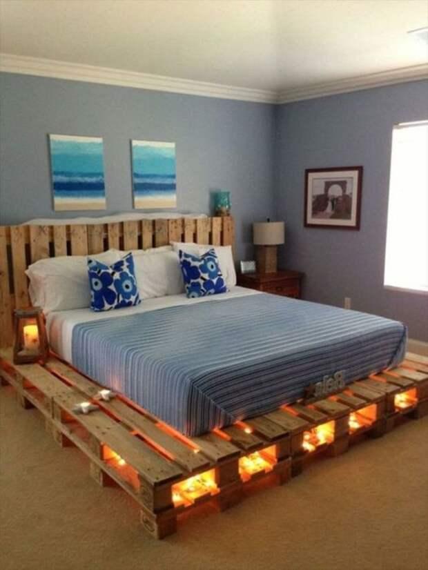 Экономичное и долговечное решение — это основание кровати, сделанное из поддонов. /Фото: e1.am.phnx.pics