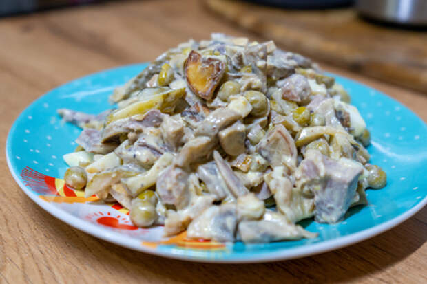 Готовим салат с языком и грибами