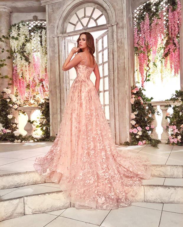Модные свадебные платья весна-лето 2021: популярная цветовая палитра и фасоны