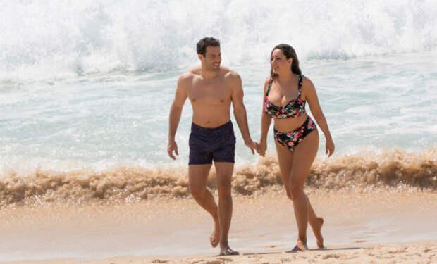 Келли Брук вышла на пляж в бикини и показала всем свою фигуру