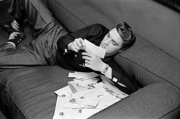 Элвис Пресли с письмами от поклонниц.