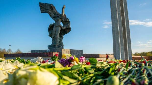 Полиция перекрыла доступ к памятнику освободителям Риги в День Победы