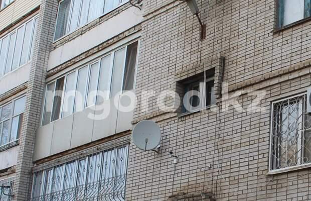 В Уральске пенсионер выбросился с балкона многоэтажки и разбился насмерть