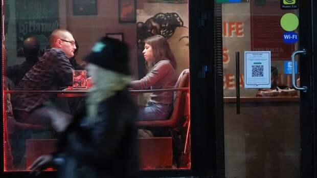 Закроют и привлекут: правозащитник Федотов предостерег кафе от нарушения QR-правил