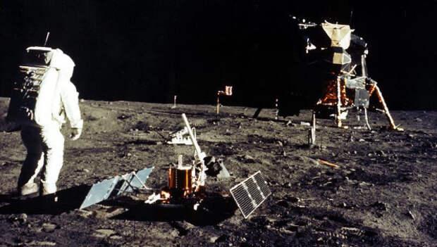 Камни из Антарктиды, фото из пустыни Невада: почему каждый второй россиянин верит в лунный заговор?