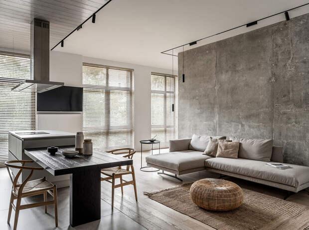 Бетон, черная кухня, минимализм: квартира для современной семьи в Москве